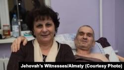 Приверженец религиозной общины «Свидетели Иеговы» Теймур Ахмедов с женой в больнице после помилования.