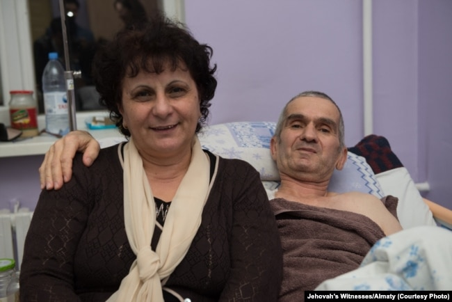 Адепт религиозной общины Свидетелей Иеговы Теймур Ахмедов с женой в больнице после помилования