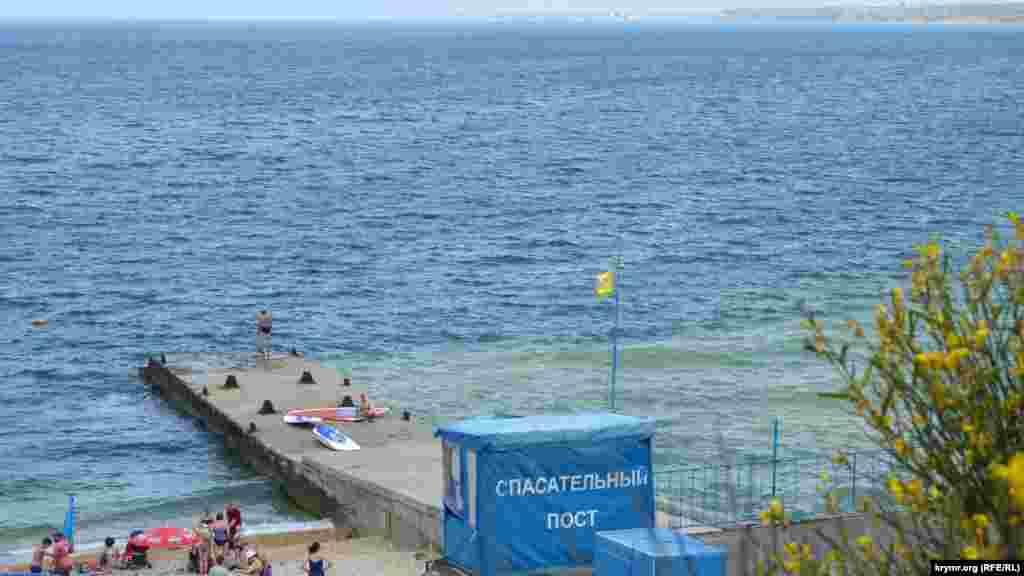 Для захисту від хвиль на пляжі «Толстяк» за радянських часів збудували кілька захисних дамб