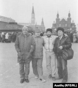 Кырымтатарлар Мәскәүнең Кызыл майданында. Сулдан икенче Гамер Баев