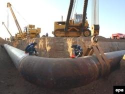 Орталық Азия мен Ресейді жалғайтын газ құбырындағы дәнекерлеу жұмыстары. Ресей-қазақ шекарасындағы Александров Гай елді мекені, 13 қыркүйек 2007 ж.