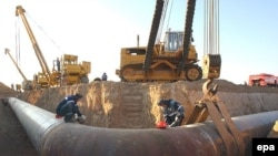Ресей-қазақ шекарасындағы газ құбырының құрылысы. (Көрнекі сурет)
