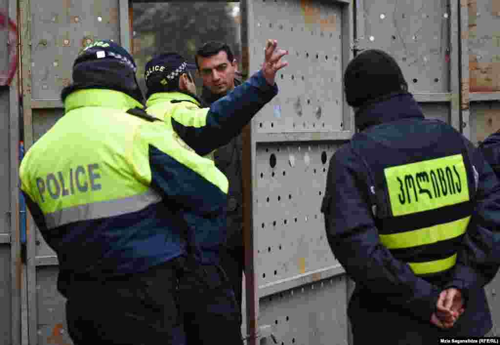 რკინის ჭიშკარს მხოლოდ პოლიციისთვის და სტრუქტურის თანამშრომლებისთვის აღებენ. ღობესთან მისულ მოქალაქეებს და ტურისტებს შემოვლით გზებზე უშვებენ.