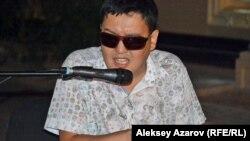 Руслан Башаев көшеде концерт беріп тұр. Алматы, 4 тамыз 2018 жыл