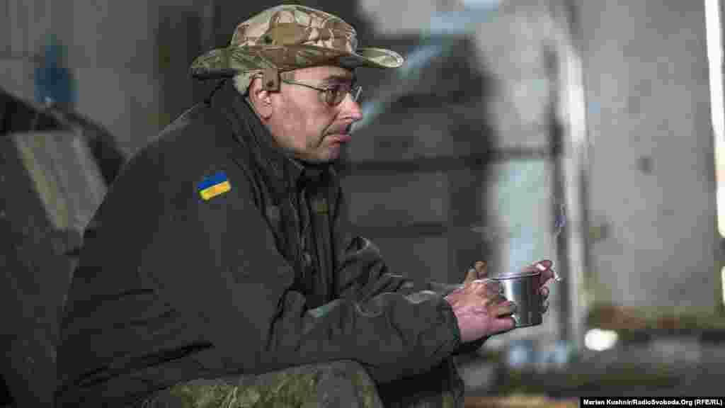 Олег воюет в Авдеевской промзоне. Рассказывает, что ВСУ сейчас заняли более выгодные позиции, нежели противник. Поэтому российско-сепаратистские войска пытаются подвинуть украинцев с опорной линии