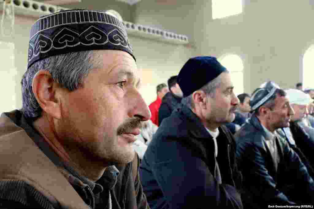 Мусульмане во время праздничного намаза в новой мечети.