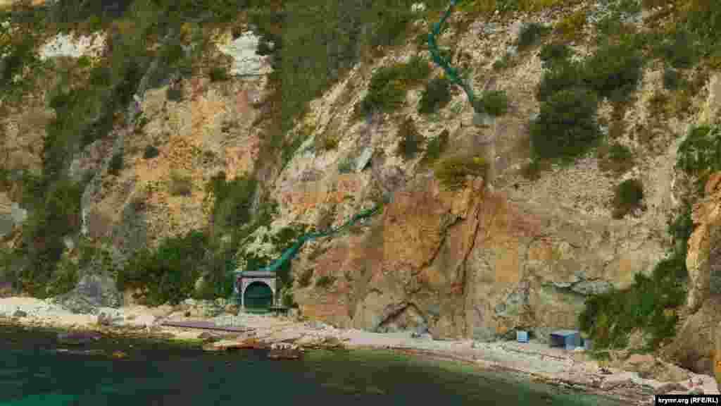 На пляж бывшей базы отдыха «Каравелла» ведет металлическая лестница