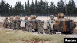 Сириямен шекарада тұрған түрік әскерилері. (Көрнекі сурет).