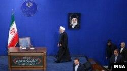 Хасан Роугані йде на пресконференцію в Тегерані на тлі портрета аятоли Алі Хаменеї, 16 лютого 2020 року