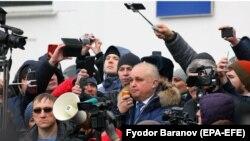 Сергей Цивилев на митинге 27 марта (в центре), архивное фото