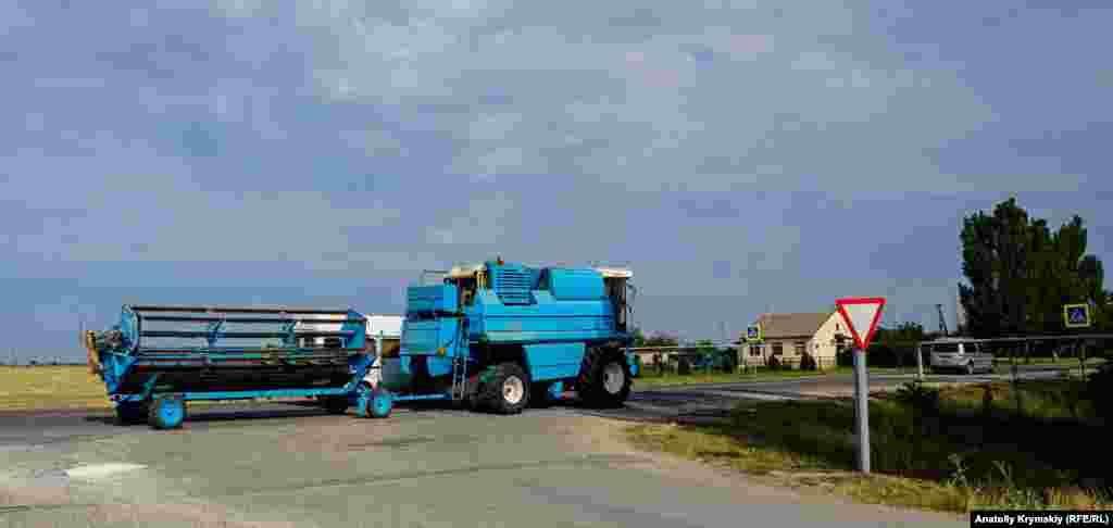 Зерновой комбайн мчит через Ишунь куда-то в сторону Красноперекопска