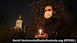 Patriarhia Ucrainei, dependentă de Mosocova: lumina sfântă a fost adusă în condițiile speciale dictate de pandemia de coronavirus, Kiev, 18 aprilie 2020.