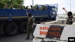 Бойовики із так званої «ДНР», яку в Україні офіційно визнано терористичною організацією, 25 травня 2014 року