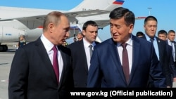 Сооронбай Жээнбеков в бытность премьер-министром Кыргызстана встречает в бишкекском аэропорту президента России Владимира Путина. 28 февраля 2017 года.