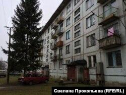 Бұрын әскери база болған Смуравьево қалашығындағы тұрғын үйлердің бірі. Псков облысы, 12 желтоқсан 2015 жыл.