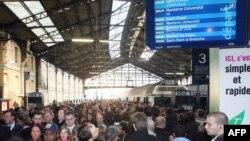 Париждеги темир жол вокзалында поезд күтүп жаткан эл, 19-март, 2009-жыл