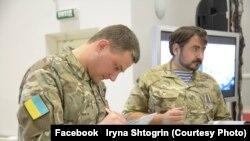 Віталій Горкун та В'ячеслав Зайцев підписують книгу «АД 242»
