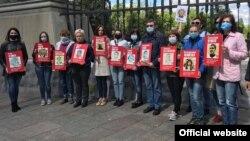 Родственники украинцев, находящихся в российских тюрьмах, с портретами своих родных