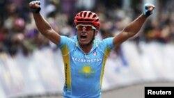 Велоспортшы Александр Винокуровтың Лондон-2012 жазғы олимпиадасында мәреге жеткен сәтінен көрініс. 28 шілде 2012.