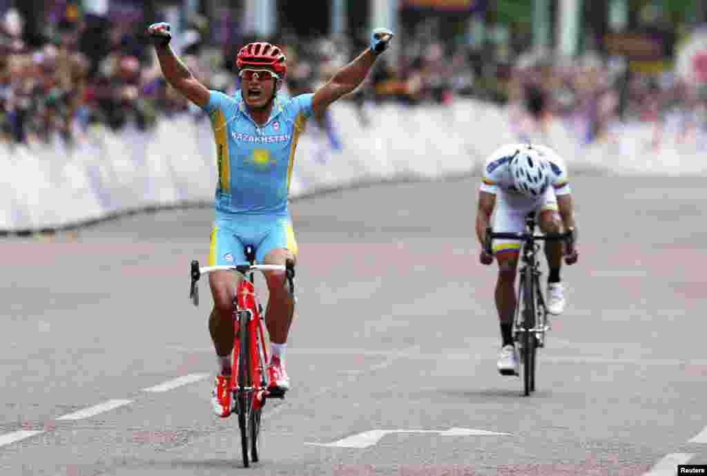 Первое казахстанское золото на лондонской Олимпиаде завоевал 38-летний велосипедист Александр Винокуров. Он первым пересек финишную линию в заезде на 250 километров.