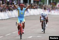 Александр Винокуров пришел к финишу первым, став чемпионом летних Олимпийских игр. Лондон, 28 июля 2012 года.