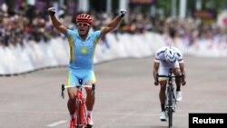 Велоспортшы Александр Винокуровтың мәре сызығын қиып өткен сәті. Лондон, 28 шілде 2012 жыл