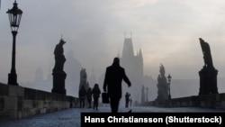 Прагадағы Карл көпірінен өтіп жбара жатқан адам. (Көрнекі сурет)