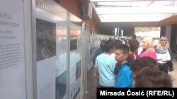 Posetioci izložbe o stećcima