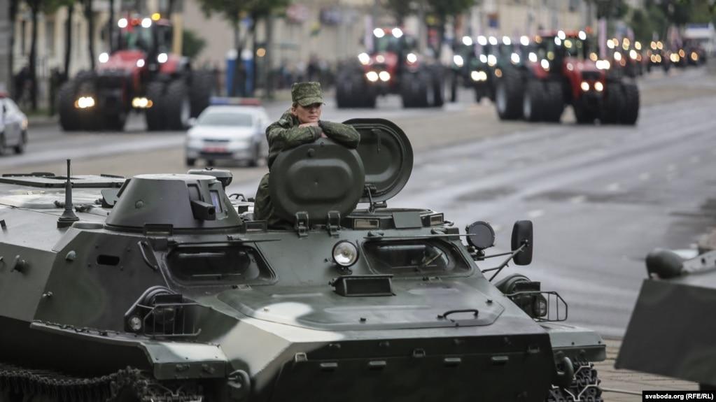 Лукашенко передали петиции против военных парадов