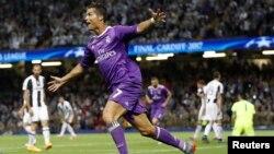 Кристијано Роналдо го прославува својот втор гол,