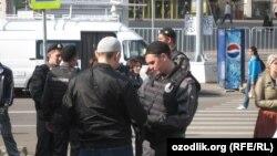 Полиция мешітке келген мигранттардың құжаттарын тексеріп тұр. Мәскеу, 21 қыркүйек 2012 жыл.