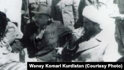 پیشهوری (چپ) در کنار قاضی محمد.