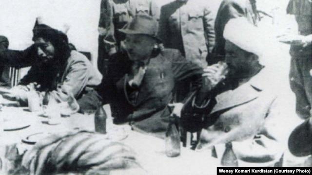 قاضی محمد (راست) در کنار میر جعفر پیشه وری (وسط).