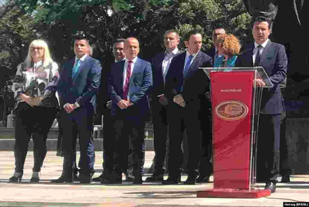 МАКЕДОНИЈА - Премиерот Зоран Заев, на прес-конференција по повод една година Влада, рече дека се уште ништо не е договорено во врска со новото име на Македонија.