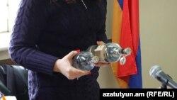 Представитель компании «Влактор Трейдинг Лимитед» в зале суда представляет бутылку водки «Зеленая метка», Ереван, 18 января 2016 г.