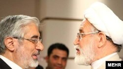 مهدی کروبی (راست) و میرحسین موسوی (چپ)