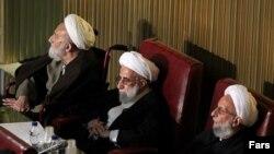 احمد جنتی (میانه تصویر) در کنار محمدتقی مصباح یزدی (راست) و ابولقاسم خزعلی
