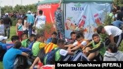 Астаналық оқушылар Олимпиада күні құрметіне жарысқа жиналған кез. Астана, 6 қыркүйек 2014 жыл. (Көрнекі сурет)