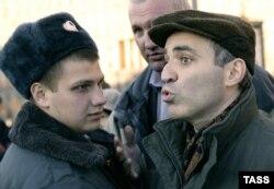 """Каспарова задерживает полиция на """"Марше несогласных"""" в 2005 году"""