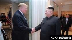 Президент США Дональд Трамп и лидер Северной Кореи Ким Чен Ын на встрече в Ханое, 28 февраля 2019 года.