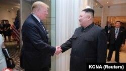 ჰანოი, 2019 წლის 28 თებერვალი: აშშ-ისა და ჩრდილოეთ კორეის ლიდერები, დონალდ ტრამპი და კიმ ჩენ ინი მეორე სამიტის დროს