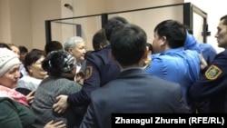 Сторонники осуждённого Куаныша Жаксыбаева выражают недовольство приговором. Актобе, 3 января 2019 года.