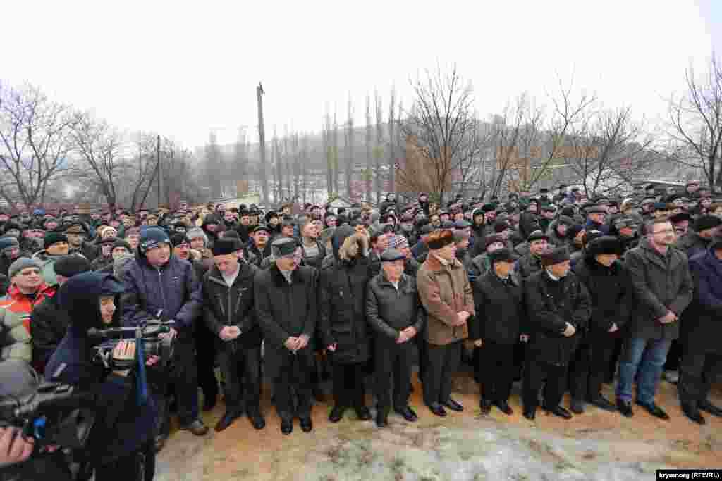 Несмотря на дождь и сильный гололед, проводить покойного пришли порядка двух тысяч крымчан практически со всех уголков аннексированного полуострова.