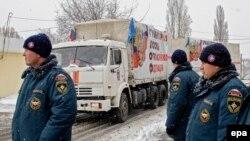 Российские полицейские стоят у направляющихся в Донецк грузовиков, оформленных как гуманитарный груз. 30 ноября 2014 года.