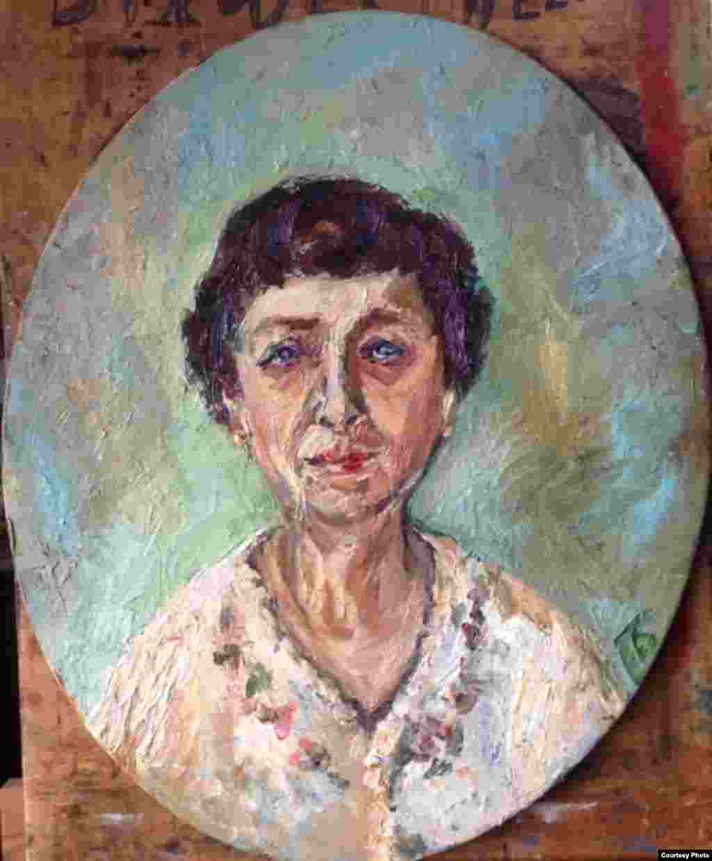 Лилия Андреевна Асланова (1939). Работала аудитором в Министерстве автотранспорта в Баку. Беженка. Армянка, а муж азербайджанец, дети сумели остаться на родине, а она боится возвращаться. В постоянной депрессии. Грустная и несчастная