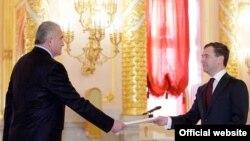 Премьер-министр России Дмитрий Медведев (справа) принимает посла Армении в РФ Олега Есаяна (архив)