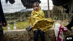 Девочка, вместе с родителями пересекшая Эгейское море по пути из Турции в Грецию. Остров Лесбос, ноябрь 2015 года. Иллюстративное фото.