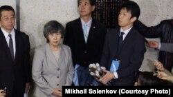 Сидзуэ Такахаси (в центре), чей муж погиб в результате теракта, организовала в Токио семинар, посвященный зариновым атакам в метро