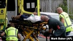 Të plagosurit në sulmin në Zelandën e Re, transportohen me ambulancë.