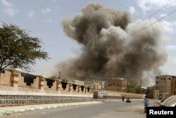 Йемен астанасы Санадағы әуе шабуылы кезіндегі көрініс. 8 сәуір 2015 жыл.
